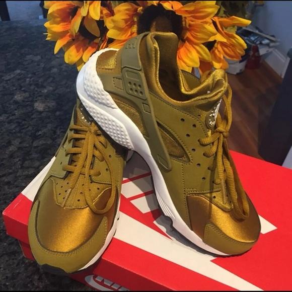 new products 1ba7d da2e3 Womens Nike Air Huarache Run Bronzine Sneakers